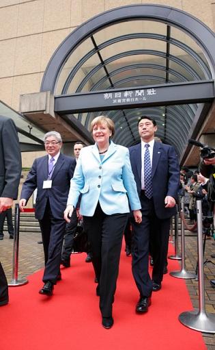 来日中のドイツのメルケル首相は、東京・築地の浜離宮朝日ホールでの来日講演会(朝日新聞社、財団法人ベルリン日独センター共催)を前に9日午前11時すぎ、朝日新聞東京本社を訪問した。
