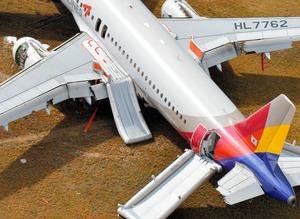 着陸に失敗したアシアナ航空機。左の尾翼やエンジンなどが壊れている=15日午前、広島県三原市の広島空港、朝日新聞社ヘリから、高橋一徳撮影アシアナ機事故、広島空港欠航続く 人的ミスの可能性も