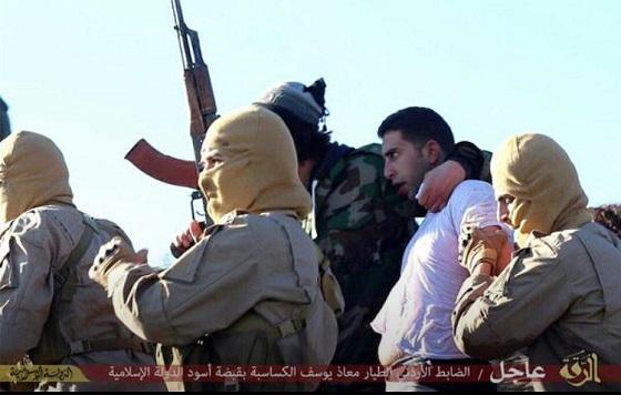 イスラム国がヨルダン軍F-16を撃墜!捕虜になったパイロットMoath Al-Kassasbahが俺終わったって顔してるヨルダンのパイロットもう両足ないんだよな? これが原因でもう死んじゃってしないの?