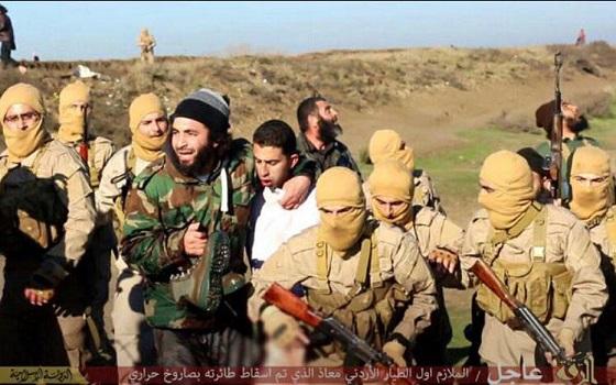 イスラム国がヨルダン軍F-16を撃墜!捕虜になったパイロットが俺終わったって顔してるヨルダンのパイロットもう両足ないんだよな? これが原因でもう死んじゃってしないの?