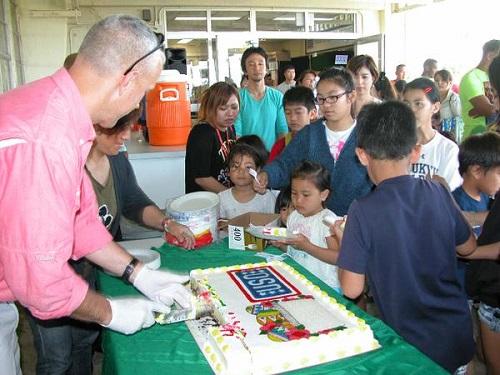 沖縄県名護市辺野古に位置するキャンプ・シュワブで今日(4月4日)、名護市や辺野古の児童約100名を招いてイースター(キリストの復活祭)を祝って、エッグハントなどの楽しいイベントが行われました。