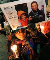 後藤健二さんの解放を願い、首相官邸前でろうそくをともす人たち=30日夜