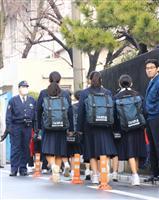 上村遼太さんが通っていた川崎市立中では、教職員らが見守る中で生徒が登校していた=23日、川崎市川崎区