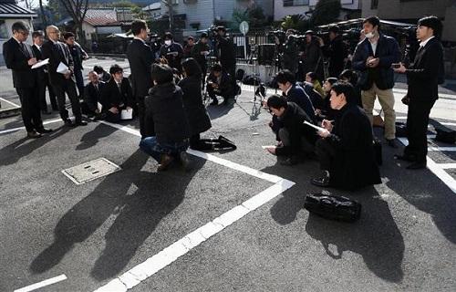 取材に応じる、殺害された上村遼太さんが通っていた中学校の校長=27日午後、川崎市(蔵賢斗撮影)