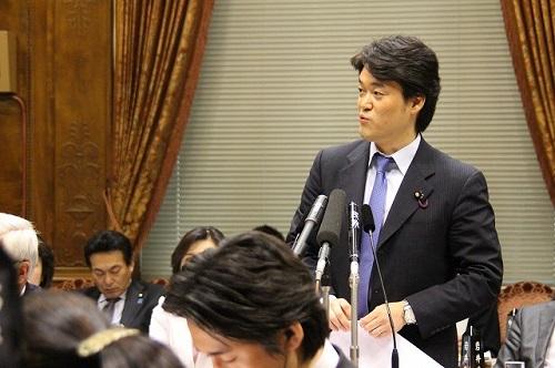 2013年3月29日、予算委で、安倍首相に対して「包括的な人権規定といわれる憲法の条文は何条か」などと、憲法の条文に関するクイズを執拗に繰り返した。