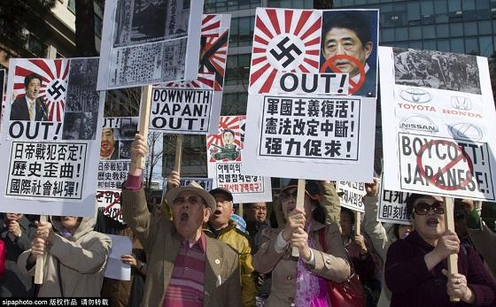 韓国のソウルで4月1日、民衆が在韓日本国大使館前に集まり反日デモを行なった。