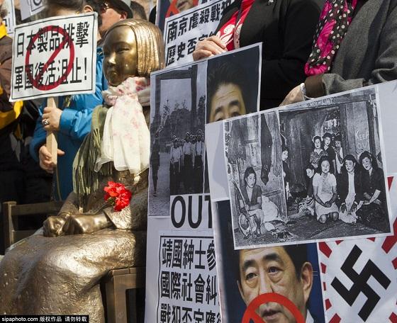 【自爆】韓国の民衆、在韓日本国大使館前で安倍首相の人形の首をはねる反日デモ(写真18枚)← 米軍慰安婦の写真掲げててワロタw【 KEEP OUT/OFF LIMIT 】