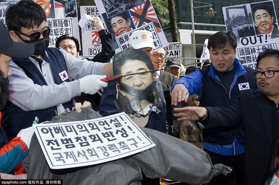 反日デモで米軍向け慰安婦などの写真使用・マヌケ!在韓日本国大使館前反日デモ・安倍首相の首切り 韓国の民衆、在韓日本国大使館前で反日デモ(写真)