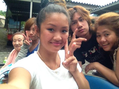 左から、朝鮮人顔の祖母、姉の舟橋喜代美(次女)、 姉の舟橋美香(長女)、舟橋龍一、jocelrn daulo(母親)