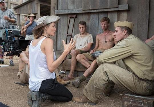 「アンブロークン」の撮影現場で指示を出すアンジェリーナ・ジョリー(AP、ユニバーサル映画提供)