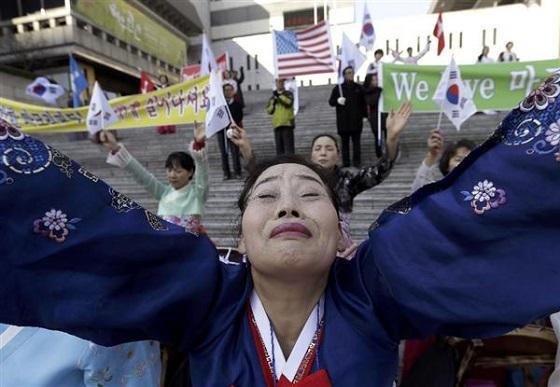 7日、ソウルの米大使館近くでリッパート大使の早期回復を祈る集会に参加したクリスチャン女性ら(AP)
