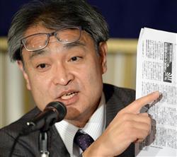 植村氏は、週刊文春のコピーを手に記者会見した9日、東京・有楽町の日本外国特派員協会