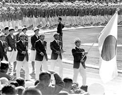 東京五輪の開会式で、日の丸を先頭に行進する日本選手団=1964年10月10日、国立競技場