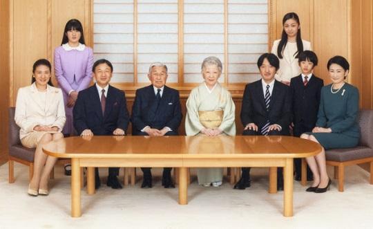 新年を迎える天皇ご一家(2014年11月18日、皇居・御所)=宮内庁提供