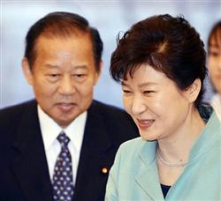 二階・自民総務会長と会談する朴大統領。加藤前支局長の問題からは目を背け、慰安婦問題に固執した