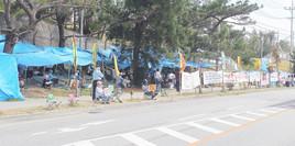 キャンプシュワブゲートの向かいに設置された違法テント=3日、名護市辺野古