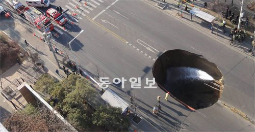 2012年 仁川地下鉄2号線の工事現場が原因不明の陥没を起こし宅配バイク1台が呑み込まれた