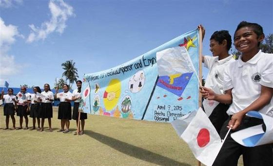 天皇、皇后両陛下が9日に訪問されるペリリュー島のペリリュー小学校で、両陛下を歓迎する手づくりの横断幕を掲げる練習をする児童ら=8日午前、パラオ共和国・ペリリュー島(松本健吾撮影)