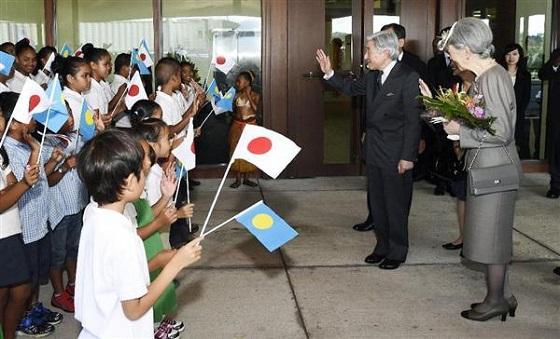 パラオ国際空港に到着し、地元の子どもたちの出迎えに手を振って応えられる天皇、皇后両陛下=8日午後4時52分(代表撮影)