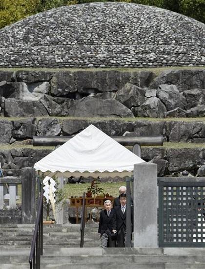 昭和天皇の武蔵野陵を参拝し、パラオ訪問について報告された天皇陛下=16日午前、東京都八王子市