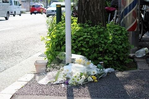 事故現場には花束が供えられている わたしは見た、萩原流行さんの素の姿 バイク運転できる状態だったのか