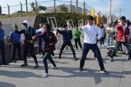 座り込みをする市民らにテコンドー演舞を披露する、韓国の以友高校の生徒ら=7日午前、名護市辺野古の米軍キャンプ・シュワブゲート前