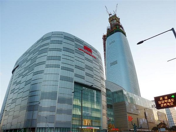 ソウルの商業施設「第2ロッテワールド」=16日(共同)