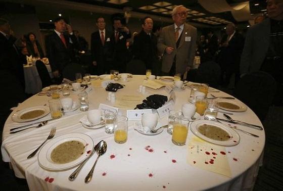 米大使襲撃事件で血痕の飛び散った朝食会のテーブル=5日、ソウル(ロイタ-)