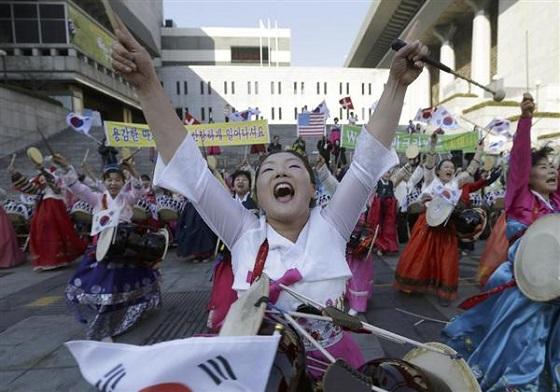 7日、ソウルの米大使館近くでリッパート大使の回復を祈る集会に参加したクリスチャン女性ら(AP)