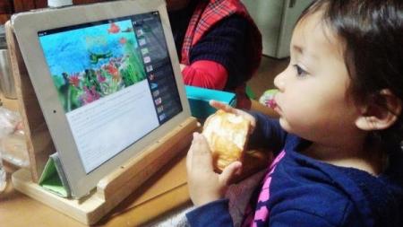 DIY15_4_14 i pad見ながらパン食い!