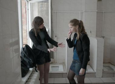 『ザ・トライブ』 ウクライナのトイレはこんな感じ。アナはここで妊娠検査薬を試す。
