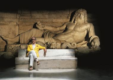 パオロ・ソレンティーノ 『グレート・ビューティー/追憶のローマ』 トニ・セルヴィッロ演じる主人公。黄色のジャケットを着こなせる人はそんなにいないだろう。