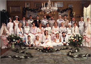 『ファニーとアレクサンデル』 エクダール家の様々な面々。豪華なセットにも驚かされる。