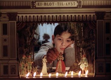 ベルイマン作品 『ファニーとアレクサンデル』 アレクサンデルの頭上に掲げられているのは「悩むより楽しめ」という言葉。