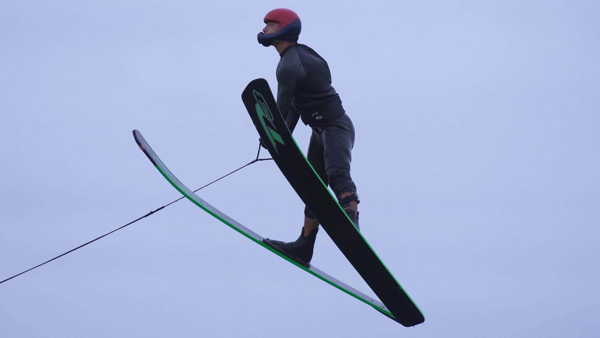 男子ジャンプ、背景は空のみ高い飛翔