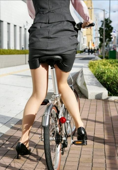 【エロ画像】仕事中にチャリンコで走り回ってる制服OLがエロすぎるwwwwww