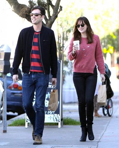 Dakota+Johnson+Stops+Coffee+Friend+20150126_03.jpg