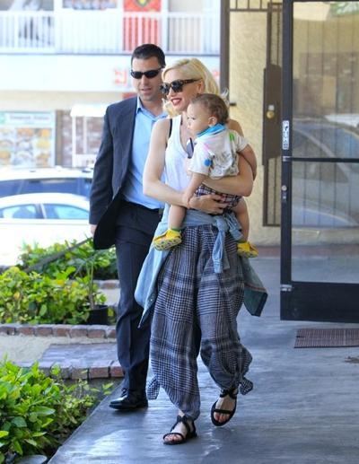 Gwen+Stefani+Bodyguard+Dakota+Johnson+Steps+Out+NYC+20150407_02.jpg