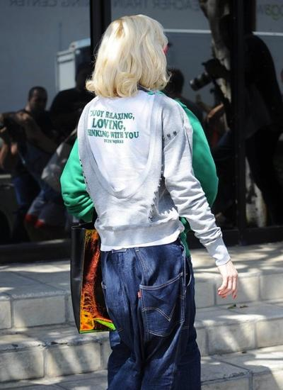 Gwen+Stefani+Out+Santa+Monica+20150324_02.jpg