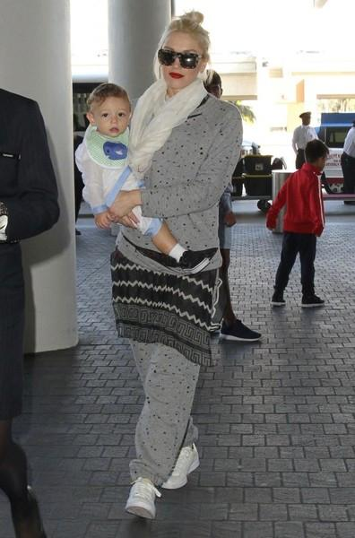Gwen+Stefani+Son+Apollo+Departing+Flight+LAX+20150126_02.jpg