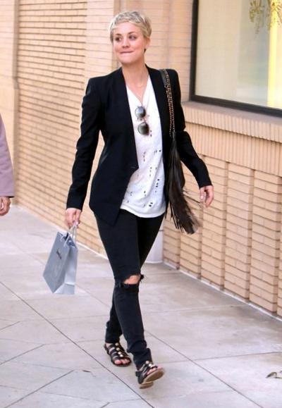 Kaley+Cuoco+Shopping+Barneys+New+York+20150106_03.jpg