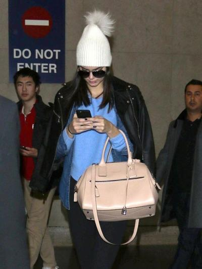 Shy+Kendall+Jenner+Lands+LAX+Airport+20141221_03.jpg