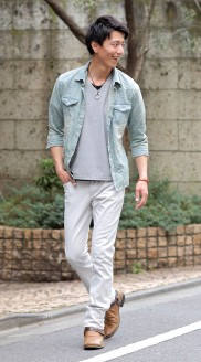 デニムシャツ×白パンツ メンズ着こなし