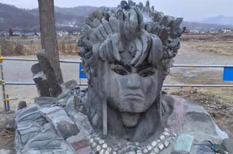 千曲川の石像