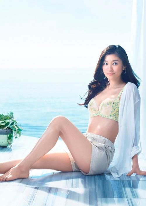 篠原涼子、天使のブラ新ビジュアルでショートパンツ姿に
