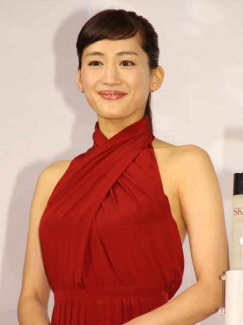 """綾瀬はるか、セクシーな赤ドレスで会場を魅了""""背中見せ""""大胆ポーズ披露"""