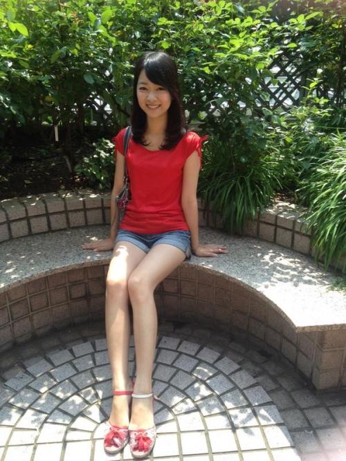 ミス東大候補の磯貝初奈さん(21)、ショートパンツを履いて太ももを露出して票を集める