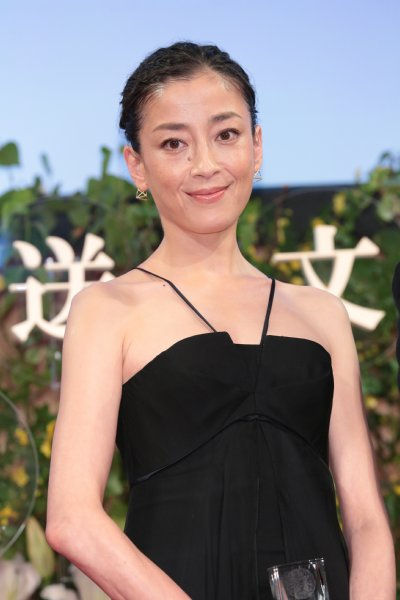 宮沢りえ(42)、黒ドレスから大胆に背中を披露