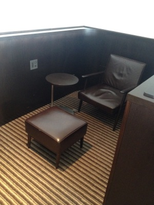 ダイヤモンド・プレミアラウンジ 高級な椅子で休憩も