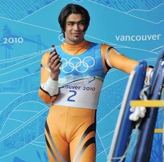 スキーウェアを着た男性のマンスジ(camel knuckle)